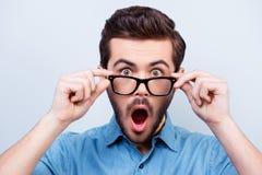 Wow! Wirklich?! Überraschter junger gutaussehender Mann mit geöffnetem Mund tou stockbilder