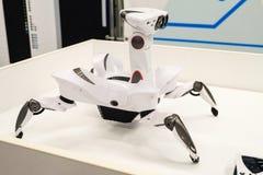 Wowwee Roboquad arthropode comme un jouet de robot-crabe avec les mouvements uniques images libres de droits