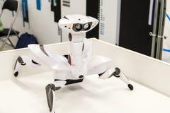 Wowwee Roboquad arthropode comme un jouet de robot-crabe avec les mouvements uniques photos stock