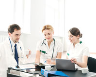 Wpólnie młodzi medyczni pracownicy grupa Zdjęcie Royalty Free