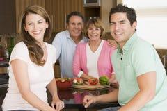 wpólnie posiłku rodzinny narządzanie Obrazy Royalty Free