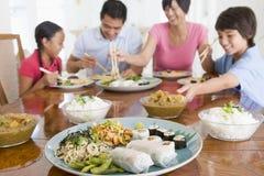 wpólnie posiłku TARGET116_0_ rodzinny mealtime zdjęcia stock