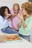 wpólnie rodzinna łasowanie pizza Zdjęcie Royalty Free