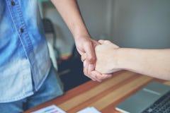 Wpólnie złącze ręki Dwa biznesmena Po Negocjować Pomyślną Biznesową zgodę I uścisk dłoni Obraz Royalty Free