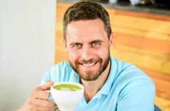 Wp8lywy moment dbać o ty Kawowi pijący żyją długiego Mężczyzna brodaty facet pije cappuccino drewnianej stołowej kawiarni zdjęcie stock