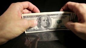 Wp8lywy pieniądze od stołu zdjęcie wideo