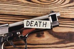 Wpisowa śmierć na poszarpanym papierze i glansowanej krócicie obraz royalty free