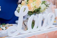 Wpisowa miłość na stole poślubiał w restauraci fotografia stock