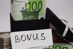 Wpisowa premia, prezenta opakowanie z euro banknotami fotografia royalty free
