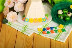 Wpisowa SZCZĘŚLIWA wielkanoc, Wielkanocni jajka, serowy deser, kwiaty, Fotografia Stock