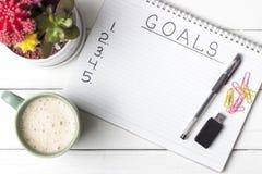 Wpisowi cele w notatniku, w górę, odgórny widok, pojęcie planowanie, położenie zamierzają obraz stock