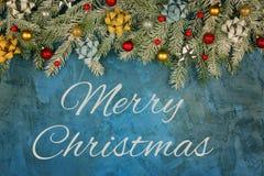 Wpisowi Wesoło boże narodzenia na błękitnym tle z kit teksturą Bożenarodzeniowy skład, śnieg zakrywał jodłę ilustracja wektor