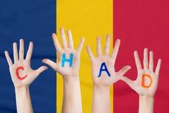 Wpisowy Czad na dziecko rękach przeciw tłu falowanie flaga Czad zdjęcia stock