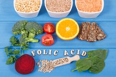 Wpisowy folic kwas z odżywczymi różnymi składnikami zawiera witaminę B9 i naturalne kopaliny, zdrowy odżywiania pojęcie Obrazy Stock