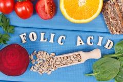 Wpisowy folic kwas z zdrowym odżywczym jedzeniem jako źródło kopaliny, witamina B9 i żywienioniowy włókno, obraz royalty free