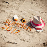 Wpisowy lato 2017, akcesoria dla sunbathing i paszport z walutami dolarowymi na piasku przy plażą, lato czas Obrazy Stock
