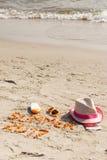 Wpisowy lato 2017, akcesoria dla sunbathing i paszport z walutami dolarowymi na piasku przy plażą, lato czas Fotografia Stock