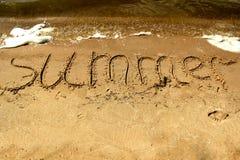 Wpisowy lato na piasku morzem z fala Fotografia Royalty Free