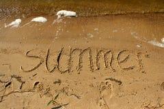 Wpisowy lato na piasku morzem z fala Obrazy Royalty Free