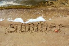 Wpisowy lato z czerwoną rozgwiazdą na piasku dennymi fala Fotografia Royalty Free