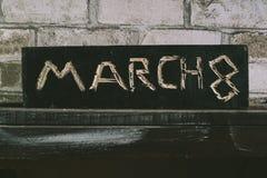 Wpisowy Marzec 8 ciie out na czarnej drewnianej desce desiccant zdjęcia royalty free