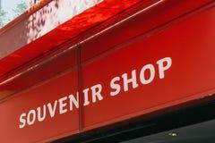 Wpisowy pamiątkarski sklep na czerwonym tle zdjęcie stock
