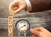 Wpisowy przyrost w górę strzały i Pojęcie pomyślny biznes Wzrost w dochodzie, pensja Przyrost firma « obrazy royalty free