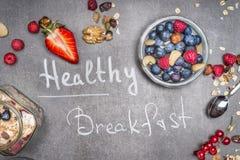Wpisowy Zdrowy śniadanie z muesli, dokrętkami i jagoda składnikami, fotografia royalty free