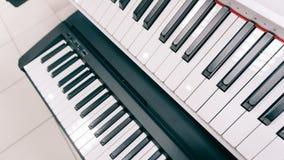 Wpisuje elektronicznego syntetyka instrument muzycznego z kluczami Fachowy instrument muzyczny Ekranowy unfocused & tekstura Zdjęcia Stock