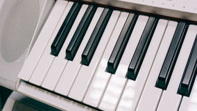 Wpisuje elektronicznego syntetyka instrument muzycznego z kluczami Fachowy instrument muzyczny Ekranowy unfocused & tekstura Obrazy Royalty Free