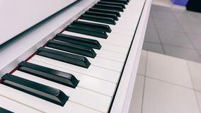 Wpisuje elektronicznego syntetyka instrument muzycznego z kluczami Fachowy instrument muzyczny Ekranowy unfocused & tekstura Obraz Stock