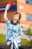 Wpman joven feliz que toma imágenes de sí misma Fotografía de archivo libre de regalías