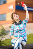 Wpman joven feliz que toma imágenes de sí misma a través del teléfono celular Selfie Fotografía de archivo libre de regalías