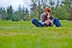 Wpmen con el perro Imagen de archivo