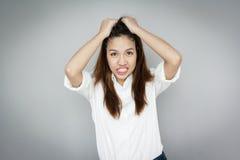 Wprawiać w zakłopotanie Azjatyckiej damy łapie jej włosy być ubranym białą koszula i błękitny Obraz Royalty Free