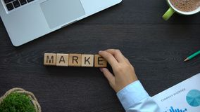 Wprowadzać na rynek, biznesowa kobieta robi słowu sześciany, nowi kreatywnie pomysły i cele, zbiory