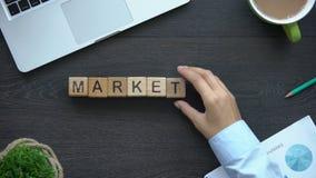 Wprowadzać na rynek, biznesowa kobieta robi słowu sześciany, reklama, kontakty z otoczeniem zbiory wideo