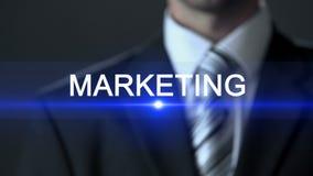 Wprowadzać na rynek, męski jest ubranym oficjalny kostiumu macania ekran, produkt promocja, ogłoszenie zbiory