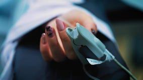 Wprowadzenie wszczep w cierpliwą ` s klatkę piersiową podczas chirurgii plastycznej piersi augmentaci Chirurg wszywki zbiory