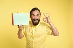 wprowadzić swojego produktu szczęśliwy mężczyzna chwyta torba na zakupy i przedstawiać produkt odbitkowa astronautyczna sztuka dl zdjęcia royalty free