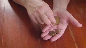 Wręcza starszą kobiety i stosu monetę dla ratować Oszczędzanie pieniądze dla przyszłościowego inwestorskiego pojęcia zdjęcie wideo