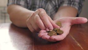 Wręcza starszą kobiety i stosu monetę dla ratować Oszczędzanie pieniądze dla przyszłościowego inwestorskiego pojęcia zbiory wideo