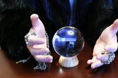 Wróżba kryształową kulą obrazy stock