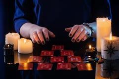 Wróżba z kartami i świeczkami obraz royalty free