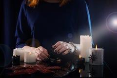 Wróżba z kartami i świeczkami zdjęcia royalty free