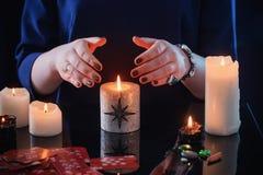 Wróżba z kartami i świeczkami fotografia royalty free