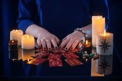 Wróżba z kartami i świeczkami zdjęcie royalty free