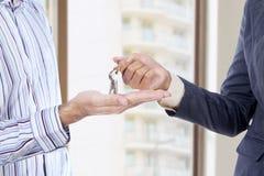 Wręczać klucze od jeden mężczyzna inny Zdjęcie Stock