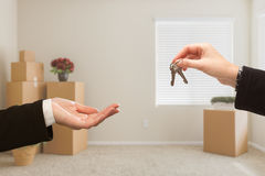 Wręczać Nad Domowymi kluczami W pokoju z Upakowanymi chodzeń pudełkami Fotografia Stock