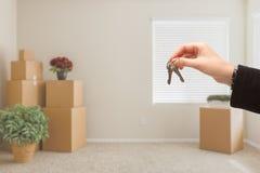 Wręczać Nad Domowymi kluczami W pokoju z Upakowanymi chodzeń pudełkami Obrazy Royalty Free
